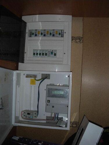 Фото 1. Автоматические выключатели и устройства защитного отключения (УЗО) в квартирном щите. Напряжение в квартирном щите отсутствует.