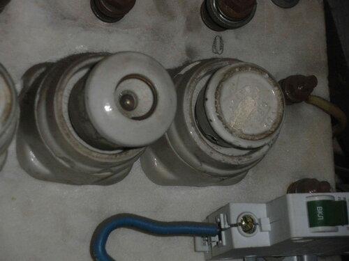 Фото 20. Пробка номиналом 20 А защищает ввод в соседнюю квартиру. Справа установлена нулевая 10-амперная (на вид) пробка, однако в патроне скорее всего стоит перемычка, а не плавкая вставка.