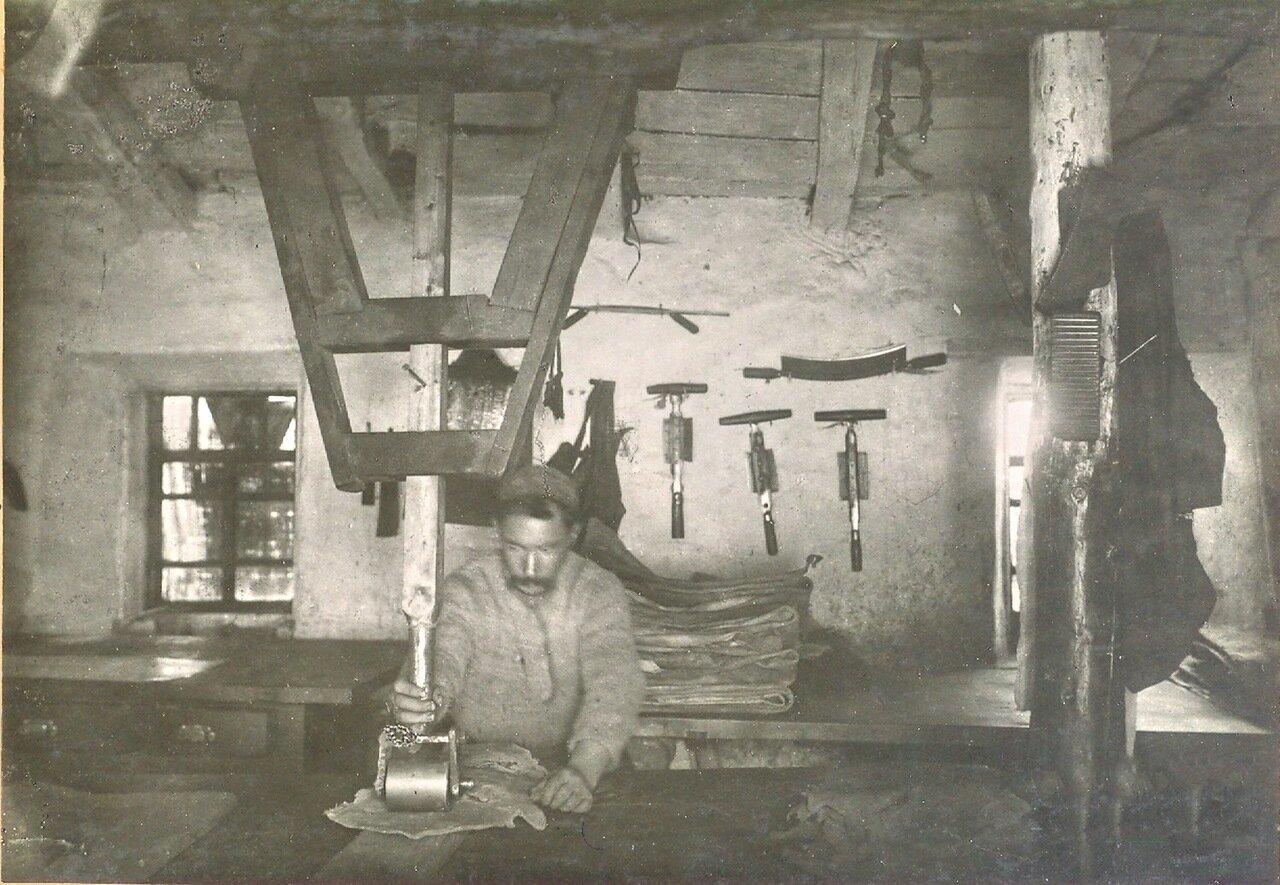 Отделочная мастерская кож на кожевенном заводе Гимбицких