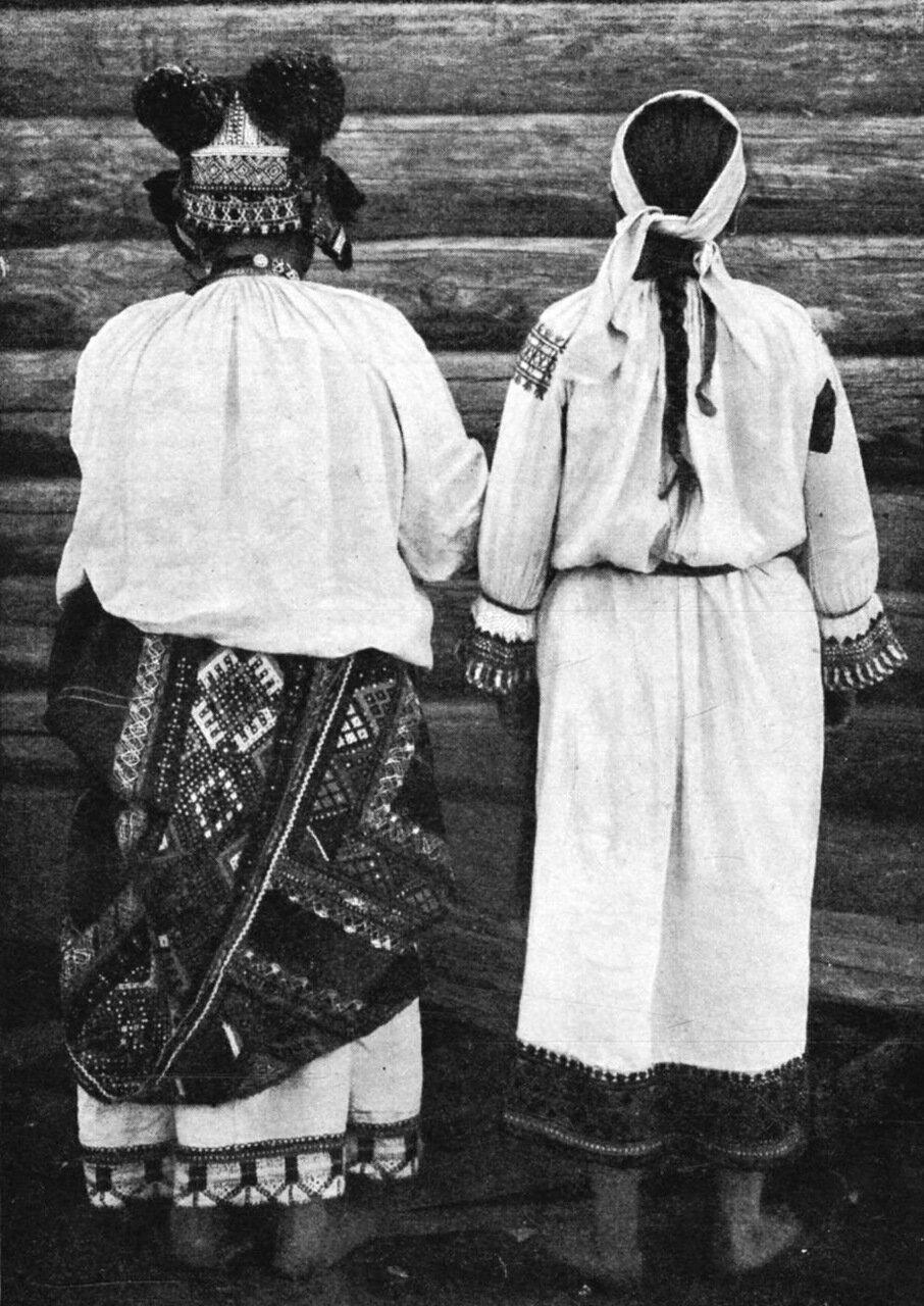 11. Костюм замужней женщины в Дмитровском уезде, Орловской губернии (вид сзади)