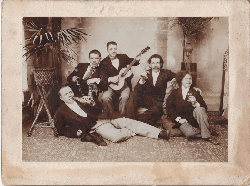 Аркадий Иванович Соснин в дружеской компании . Фото 1900-1910-х годов. Иркутск