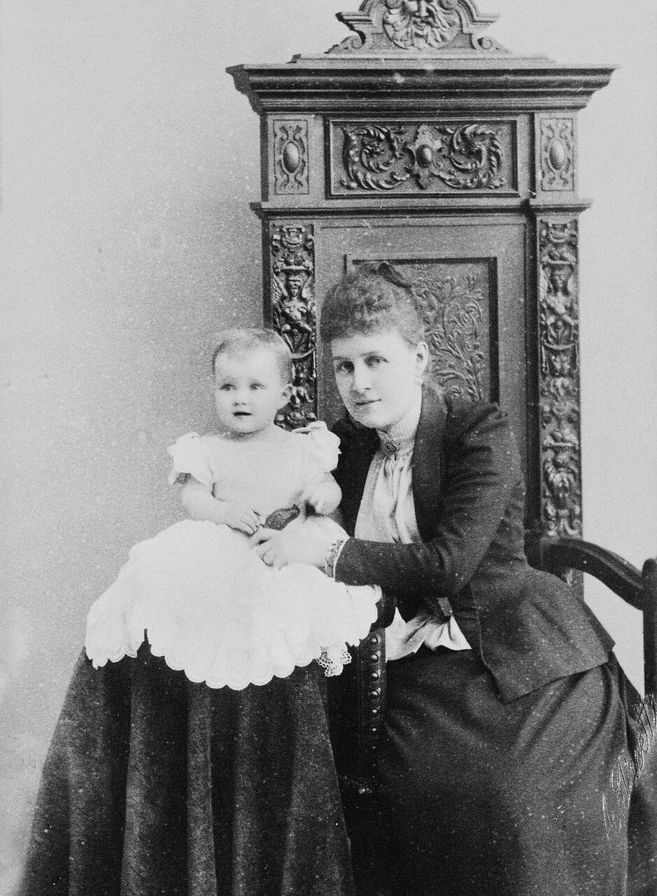 Великая княгиня Александра Георгиевна, супруга великого князя Павла Александровича и ее дочь, великая княгиня Мария Павловна, 1891