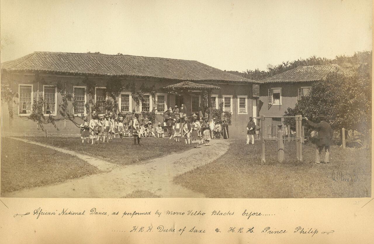 Бразильские негры из числа работников исполняют танец во время посещения шахты членами британской королевской семьи, ок. 1893 года