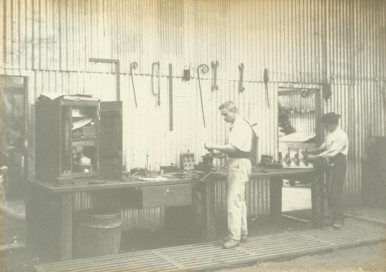 Рабочие в одном из многочисленных складов, построенных в Морру-Велью, ок. 1894 года