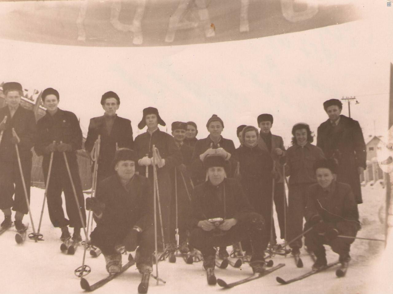 Работники 2 цеха (смена А) на соревнованиях по лыжным гонкам 1957 г.