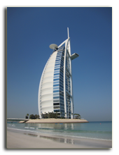 ОАЭ. Дубаи. Вид на отель Burj Al Arab с пляжа Jumeirah Beach Hotel