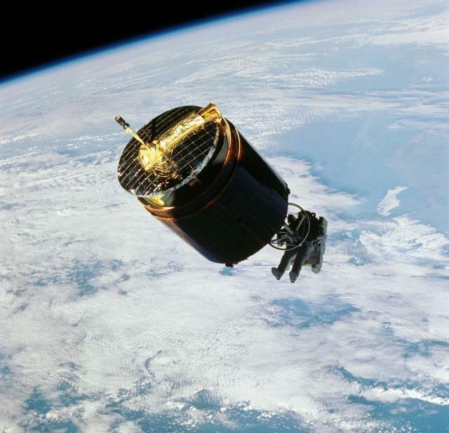 Астронавт ловит спутник