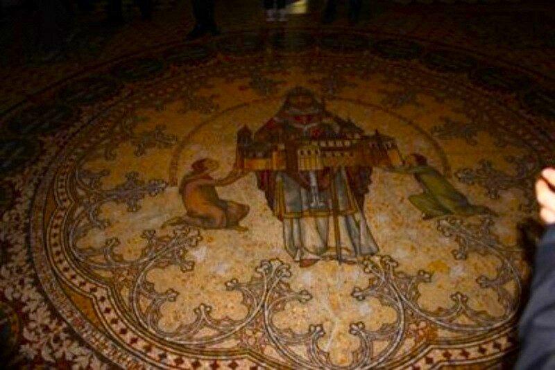 Мозаичный пол собора.