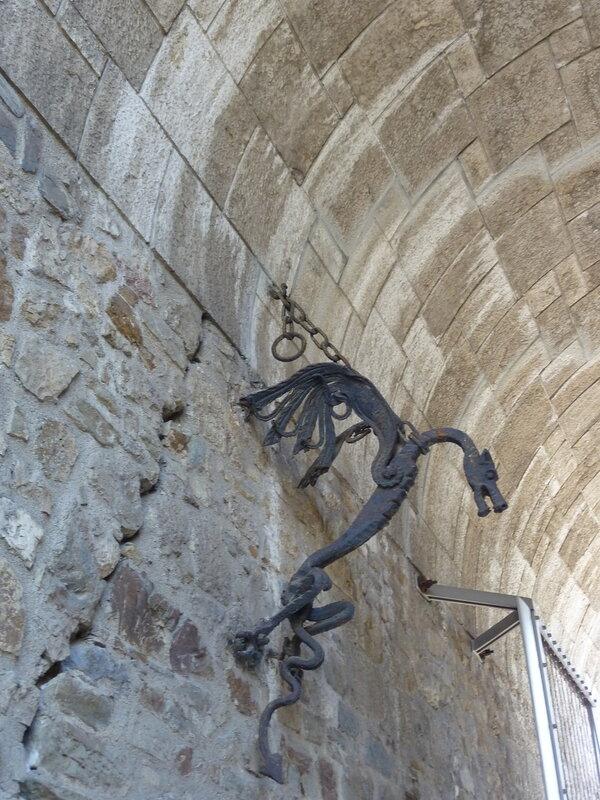 Символ Любляны в воротах замка