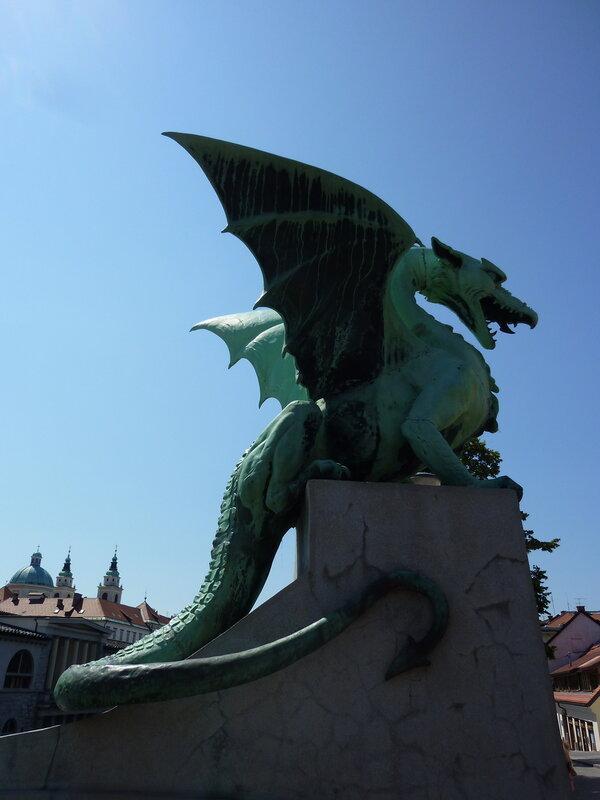 На нем сидят четыре вот таких дракона