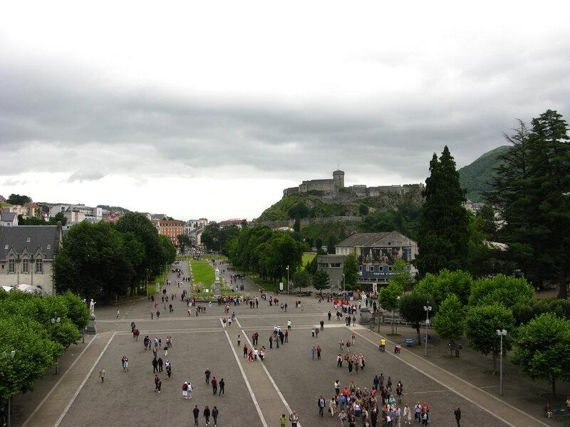 Вид с Верхней Базилики на площадь перед Святилищем