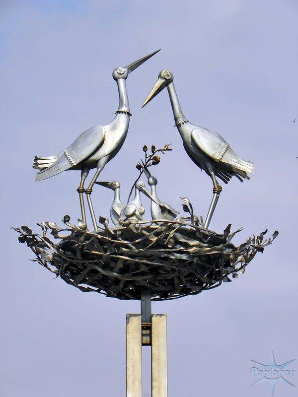 памятник с птицами в Санкт-Петербурге