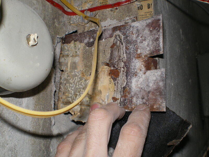 Замена проводки в брежневке: демонтаж старой распределительной коробки.