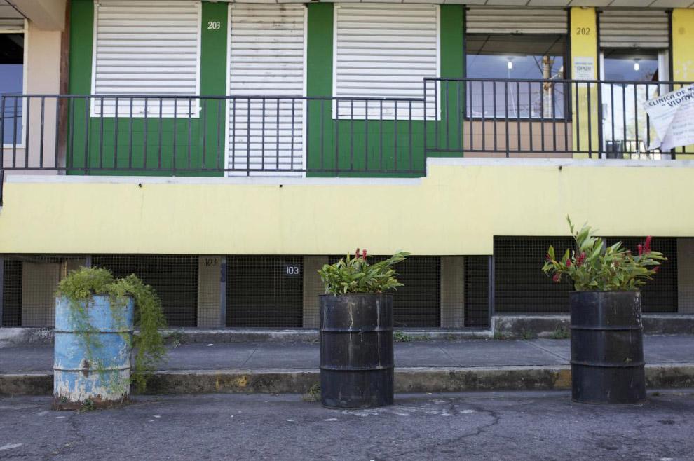 17. Рекламный плакат из крышек в Никарагуа, 6 февраля 2015. Тут выставлен дом на продажу. (Фото