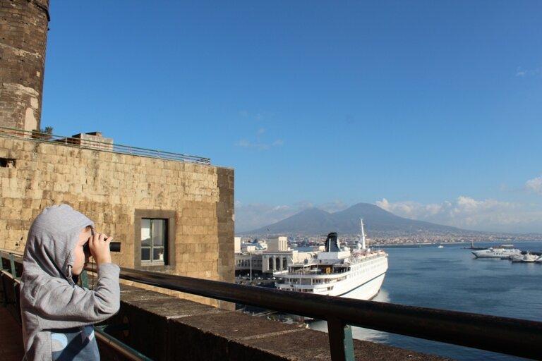 С панорамной площадки открывается прекрасный вид на залив и Везувий