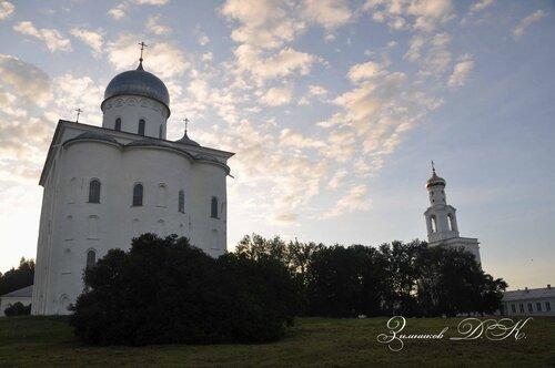 Cвято-Юрьев монастырь,  Георгиевский собор (1119 г.) и Надвратная колокольня.