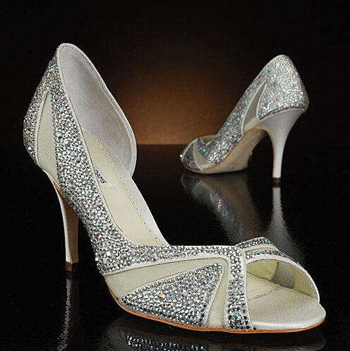 Обувь декорированная бижутерией стразами