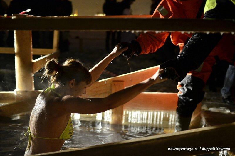 В Крещенских купаниях у Петропавловской крепости приняли участие 2000 человек!