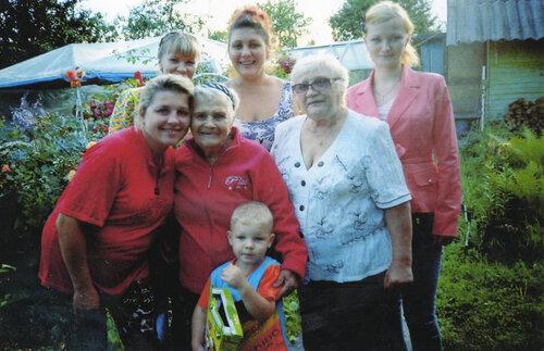 М. С. Шилова (в центре) с детьми и внуками
