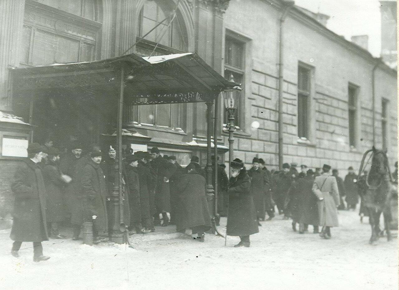 Избиратели у входа на пункт голосования в день выборов во Вторую Государственную думу