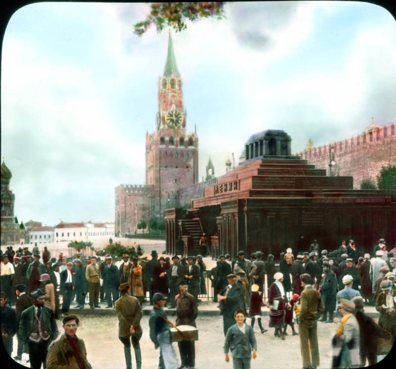 Москва. Красная площадь, толпы в Мавзолей Ленина