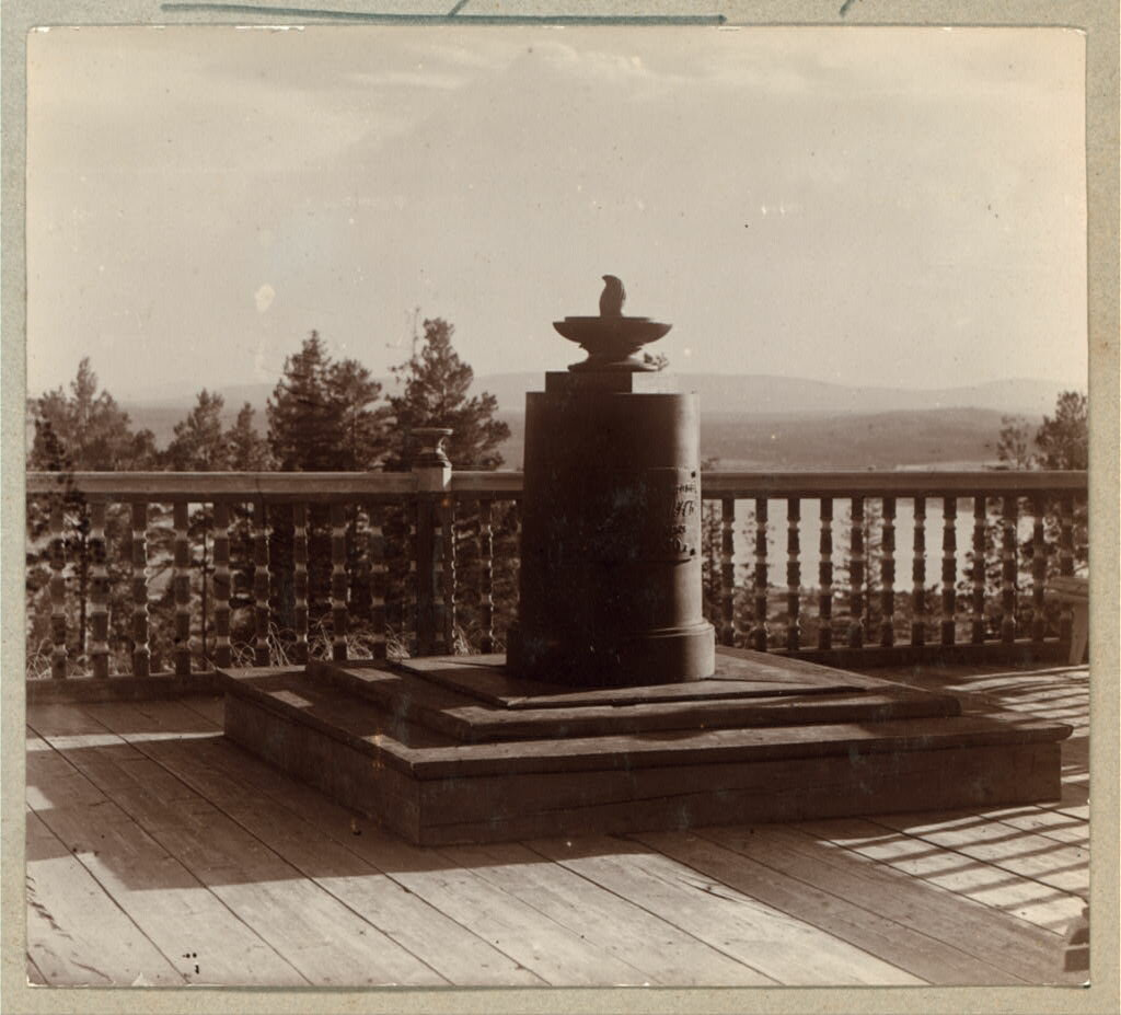 Памятник на вершине г. Благодать вогулу Степану Чумпину. 1909