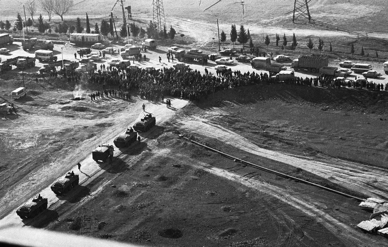 22 января 1990. Толпа блокирует проход советских танков на дороге недалеко от Гянджи, бывший Кировабад, в Азербайджане