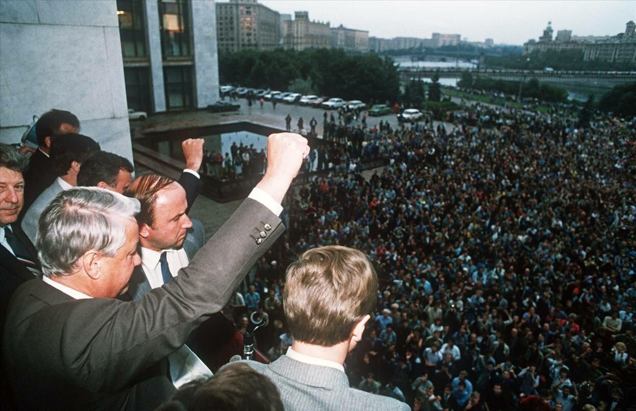 19 августа 1991 г. Борис Ельцин поднимает кулак, приветствуя своих собравшихся сторонников в Москве