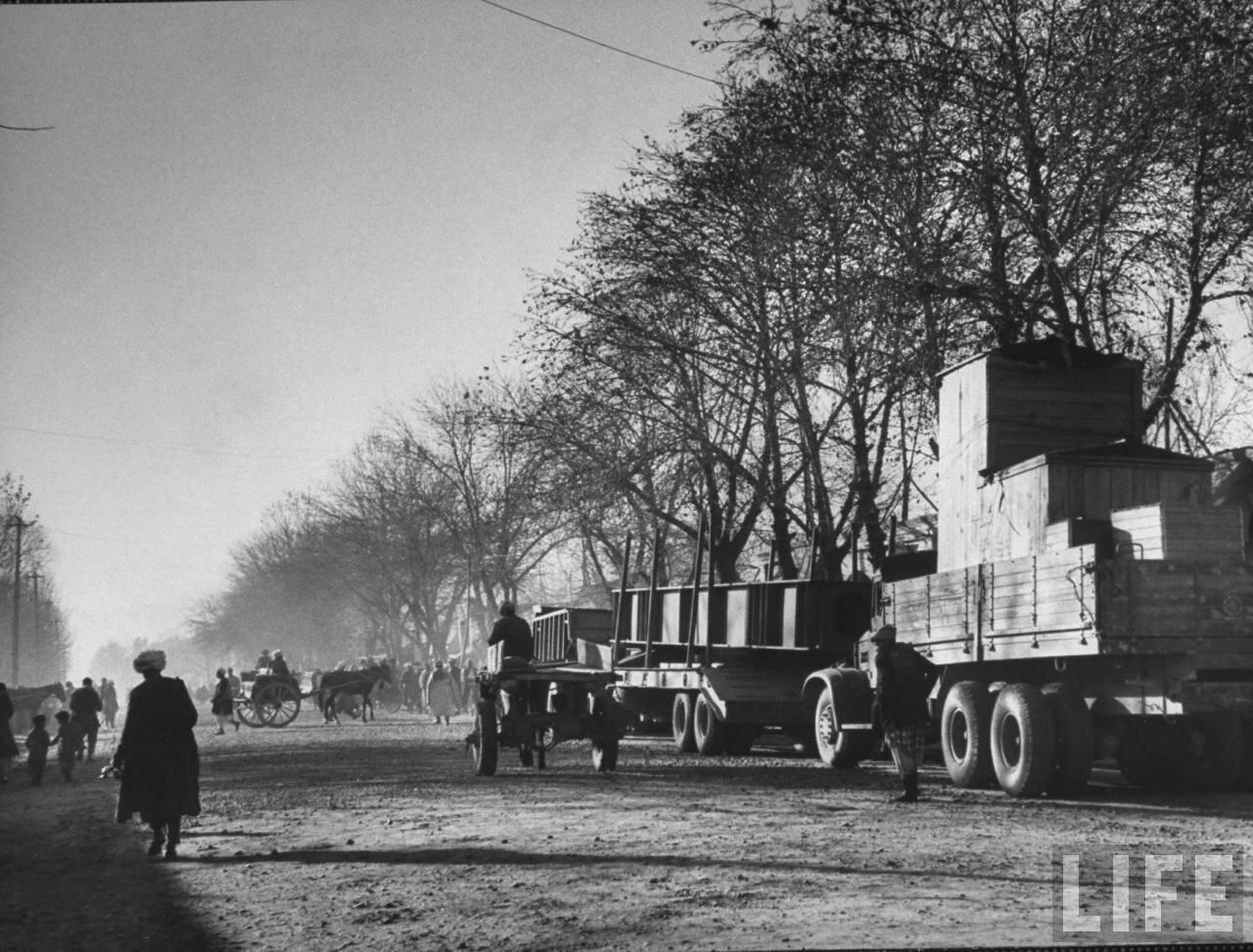 Советские грузовики с товарами из Советского Союза