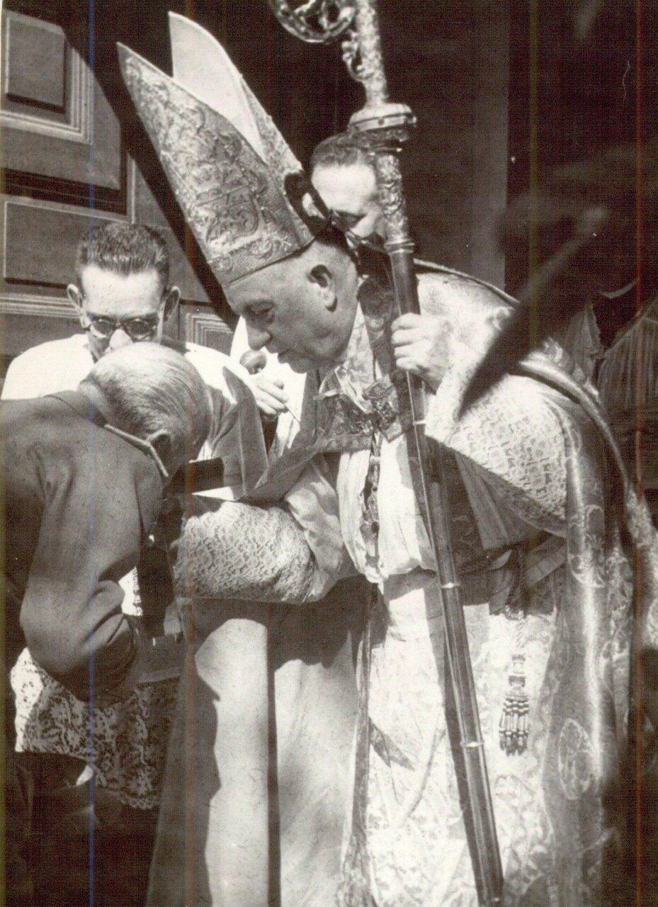 Франко целует перстень кардинала
