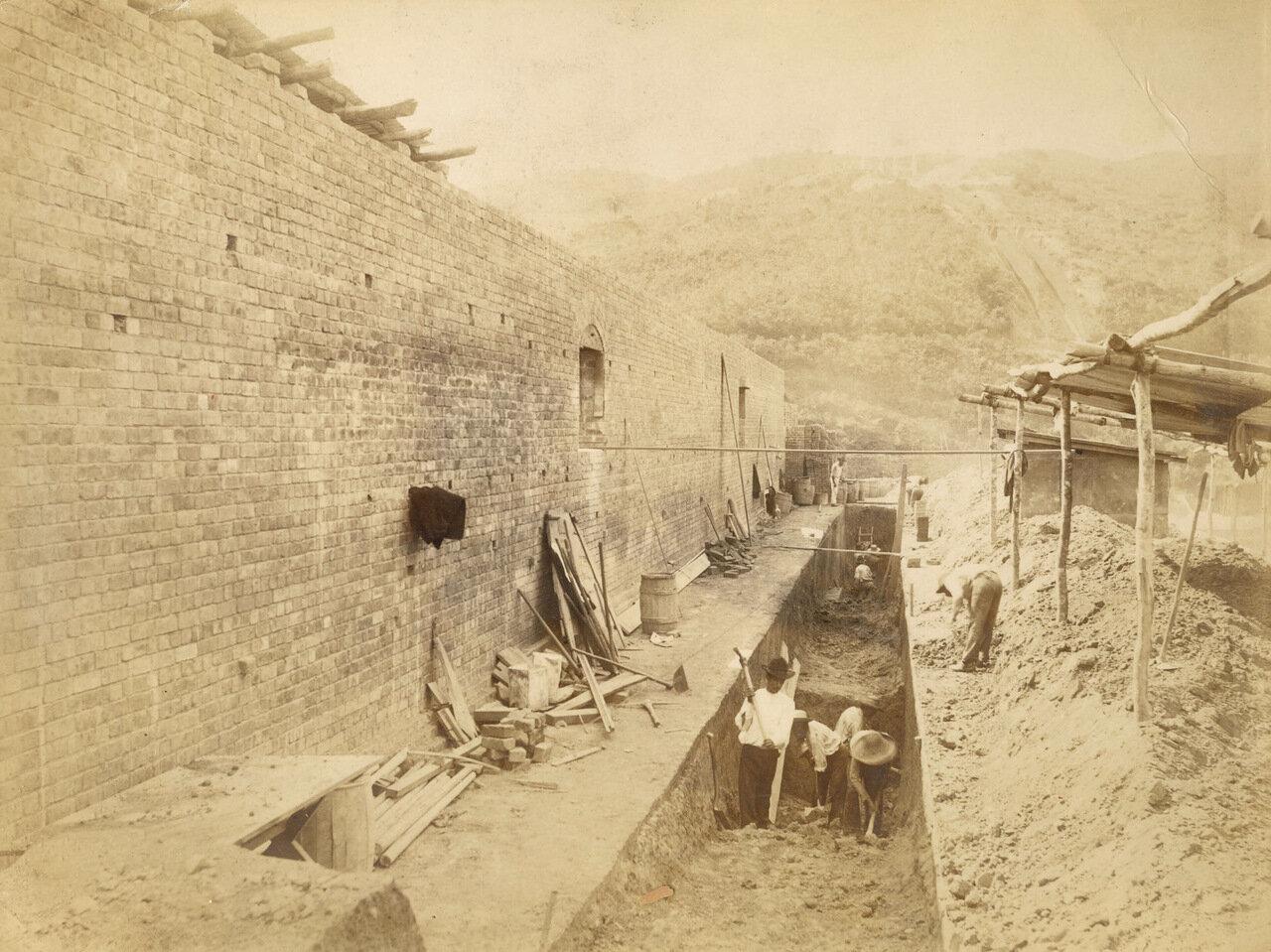 Сотрудники компании роют траншею в рамках строящихся проектов, 20 июля 1893