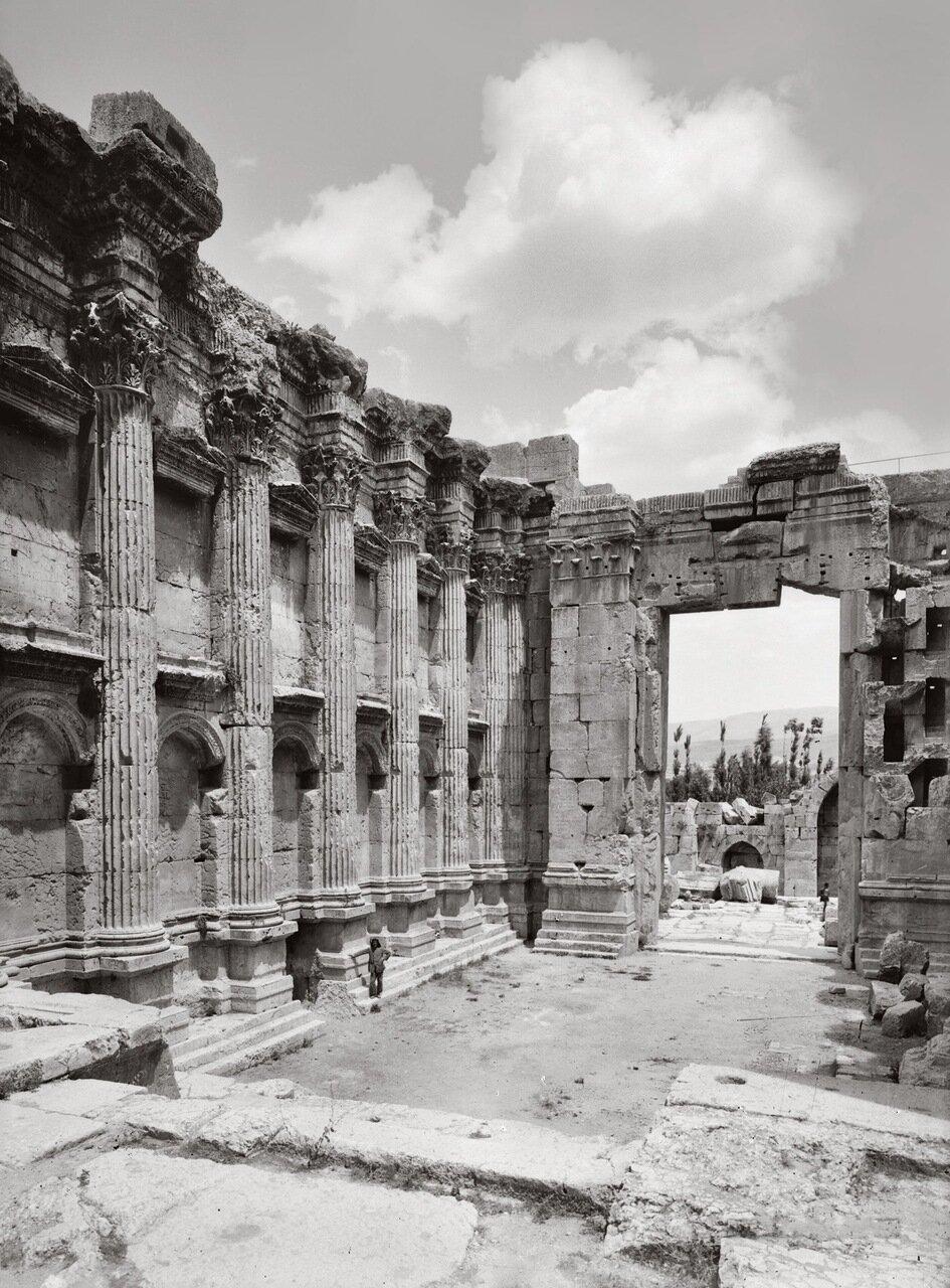Интерьер храма Вакха. Баальбек, Ливан. 1900-1920 гг.
