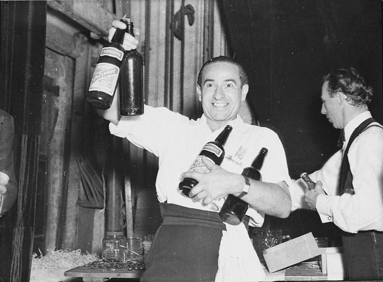 Павел Петров из Русского балета за кулисами Королевского театра, Сидней, 31 декабря 1936.