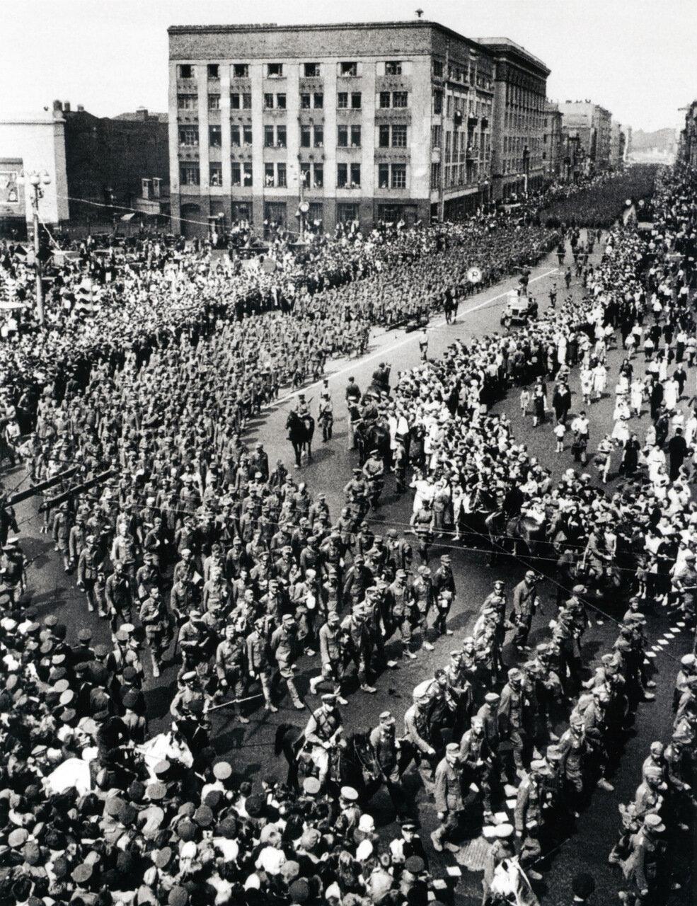 Колонна немецких военнопленных проходит по Москве. 17 июля 1944 г.