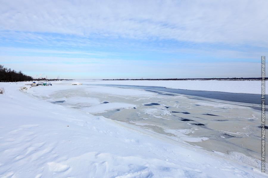 Река Волга и причал «Лукоморье». За причалом видны трубы Нижегородской ГРЭС в Балахне