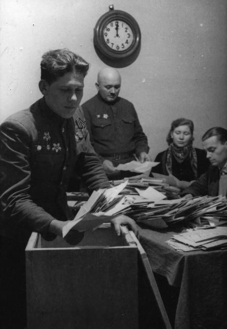 1946.02.10. Члены избирательной комиссии подсчитывают бюллетени после голосования на одном из участков города Киева по выборам в Верховный Совет СССР