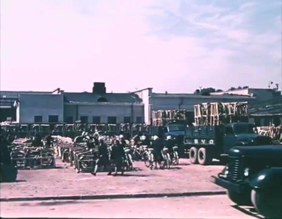 1954 Минск Велосипедный завод, грузовики GMC и Студебекер.jpg