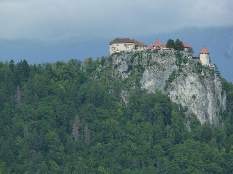 Замок с другой стороны озера