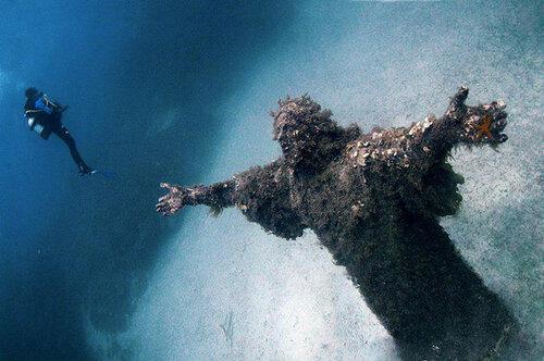 Статуя Христа под водой. Мальта.