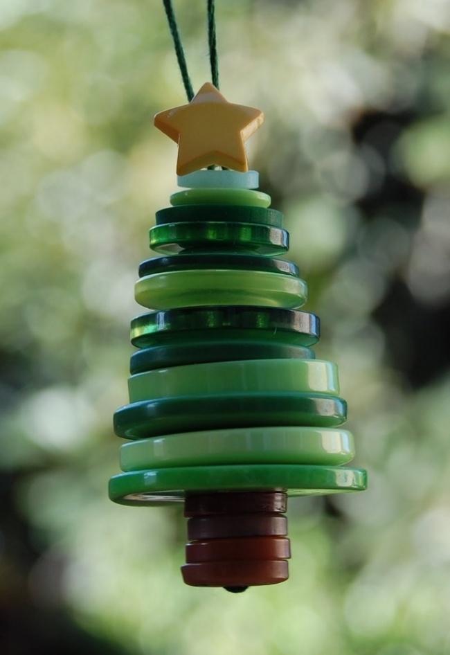 Подберите зеленые пуговицы разного диаметра инесколько коричневых для ствола изакрепите ихтолстой