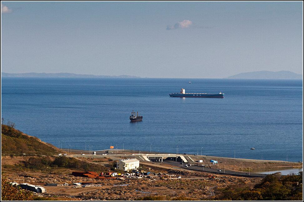 ... и корабли, ожидающие разгрузку/загрузку в порту в акватории Уссурийского залива.