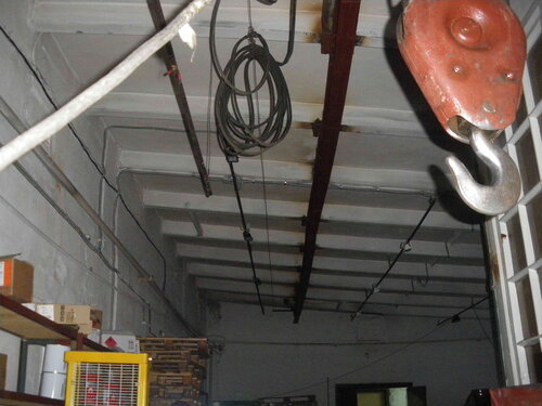 Фото 17. За время постсоветской эксплуатации цех утратил советские промышленные светильники. Вместо них установлены галогенные прожекторы - далеко не самая ремонтопригодная светотехника.
