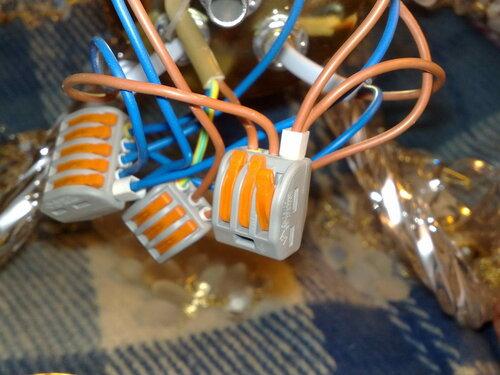 Фото 3. Для уменьшения количества клеммников в распределительной коробке люстры были применены гильзы, опрессовывающие два провода одновременно, но места всё равно оказалось недостаточно. В итоге пришлось использовать клеммники «Ваго-2273» («Wago-2273»).