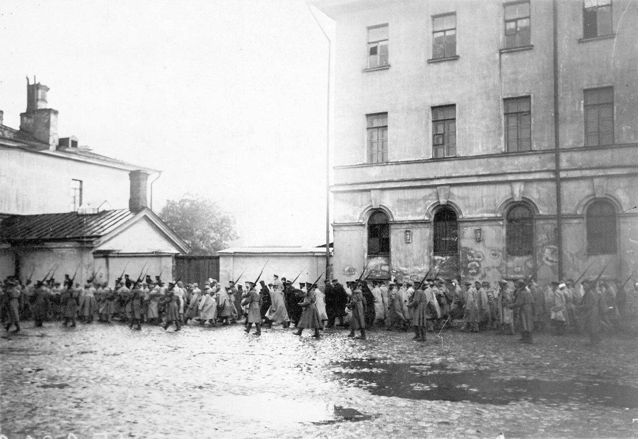 06. Колонна австрийских военнопленных в сопровождении конвоя проходит по Суворовскому проспекту