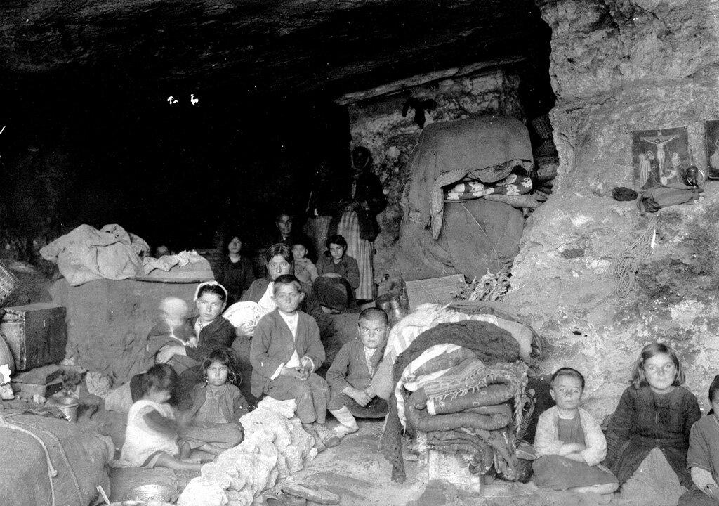 Киликийские армянские беженцы, живущие в пещерах близ Бейрута