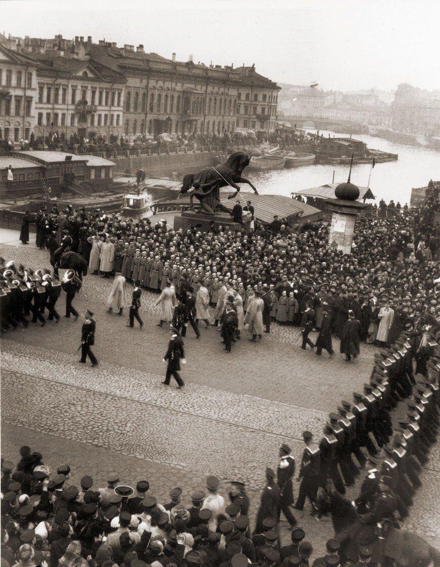 Шествие команд «Варяга» и «Корейца» по Аничковом мосту в Петербурге