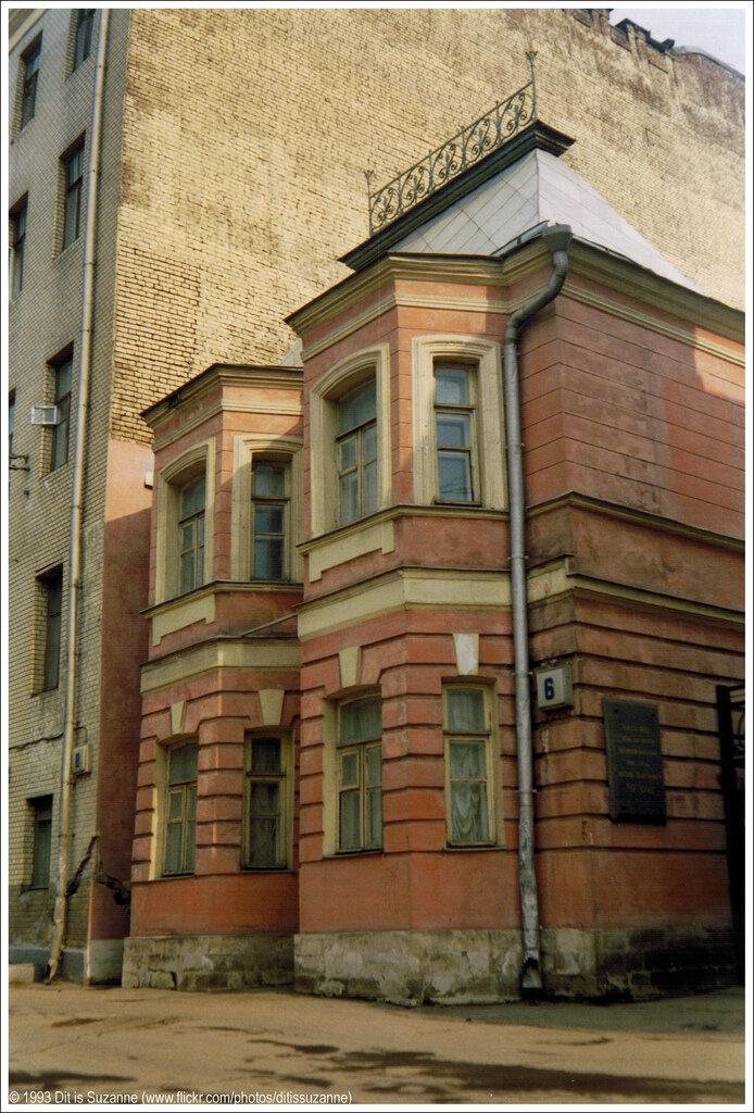 Москва, апрель 1993 года. Садово-Кудринская улица. Антон Павлович Чехов жил и работал в этом доме в течение нескольких лет.