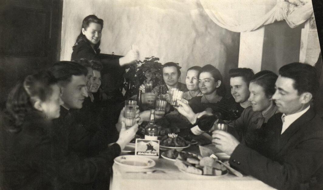 Коллектив больницы за праздничным столом, 1951-1953 гг.