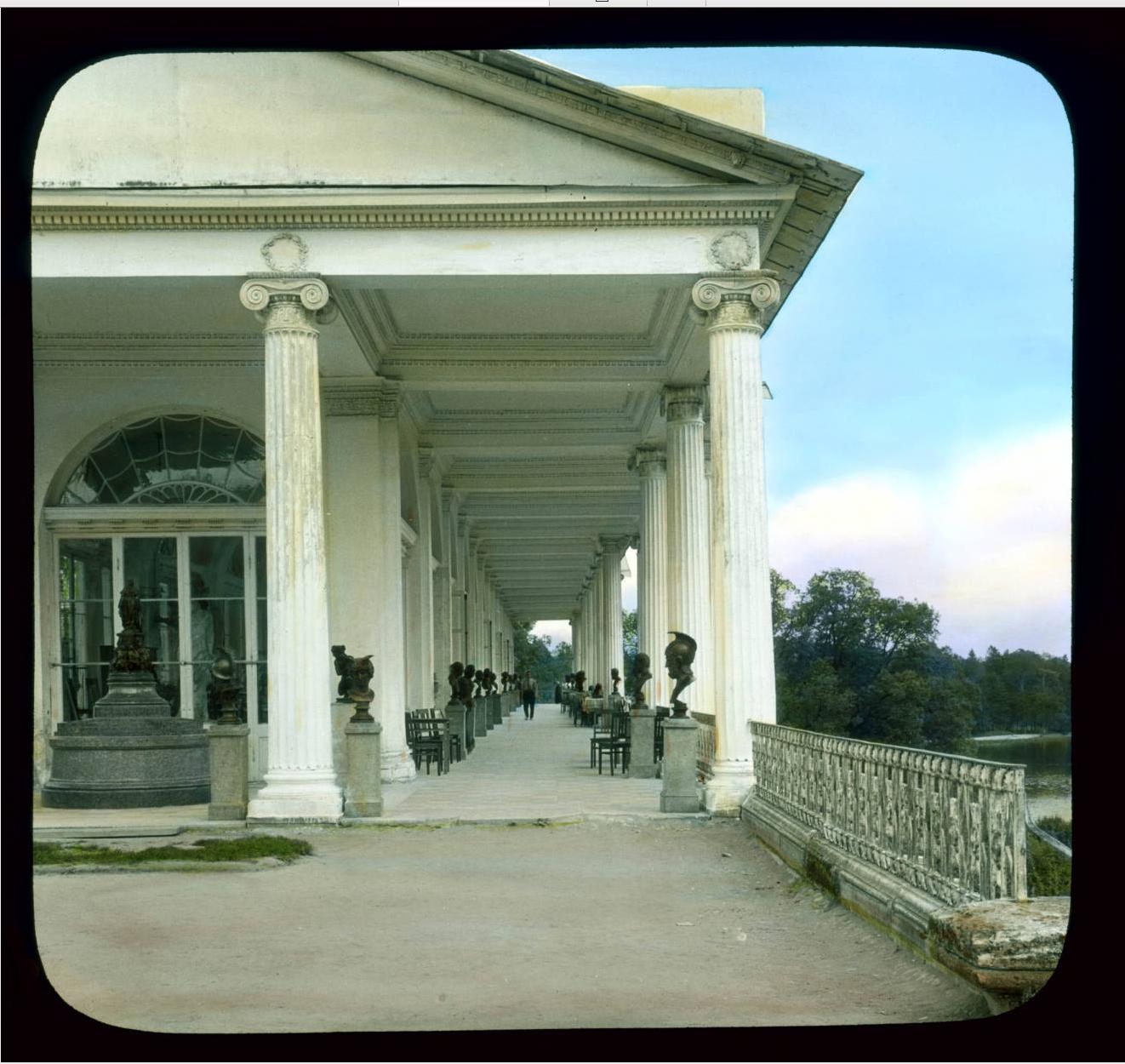 Пушкин (Царское Село). Екатерининский дворец: вид на парк и галерею Кэмерона