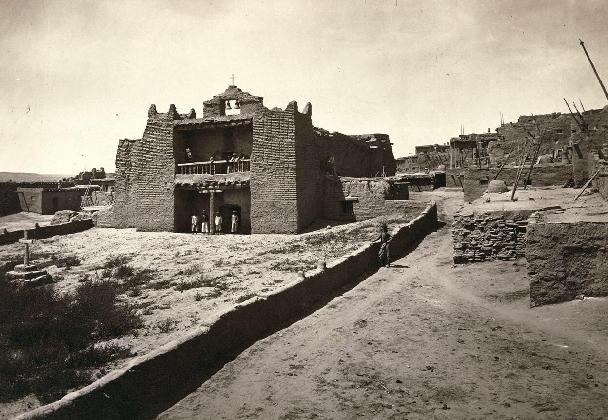 Старая церковь миссии, Зуни Пуэбло, штат Нью-Мексико. Вид с площади в 1873 году